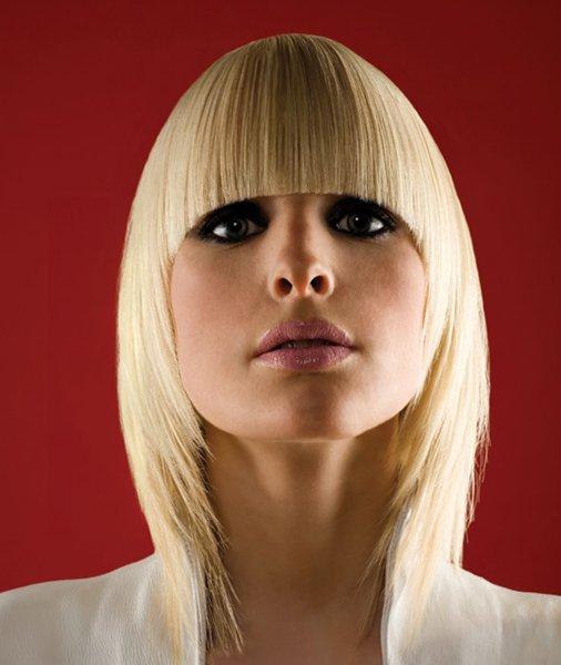 polodlouhý účes rovné vlasy