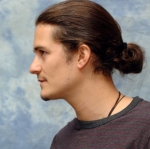 orlando-bloom-ponytail-dlhe-vlasy