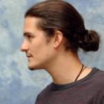 orlando-bloom-ponytail-dlhe-vlasy