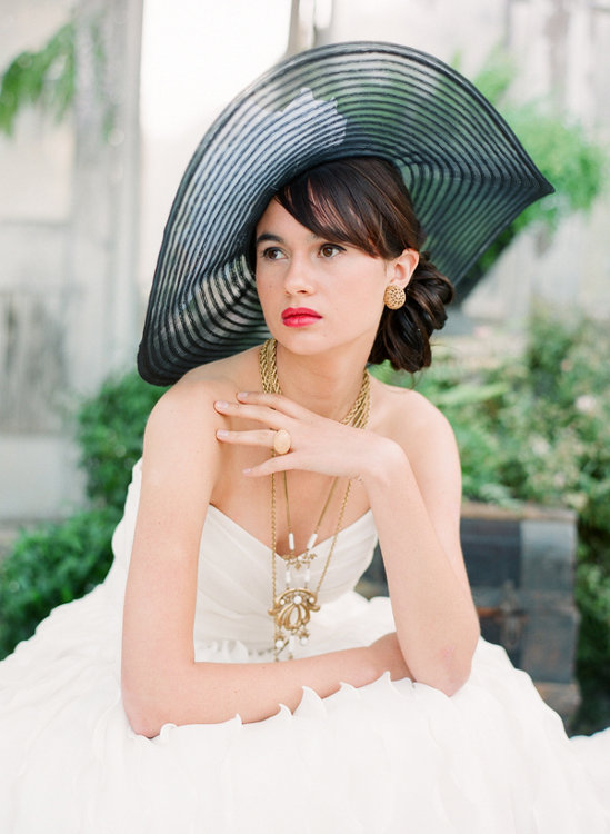 svadobný účes s čiernym klobúkom