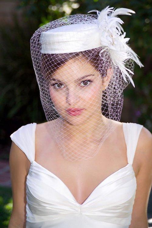svadobný účes s klobúkom a závojom
