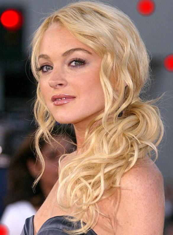 Lindsay Lohan účesy kučeravé