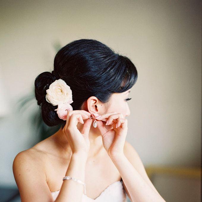 samostatný květ ve vlasech