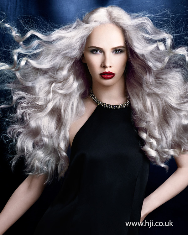 Sivá farba vlasov.