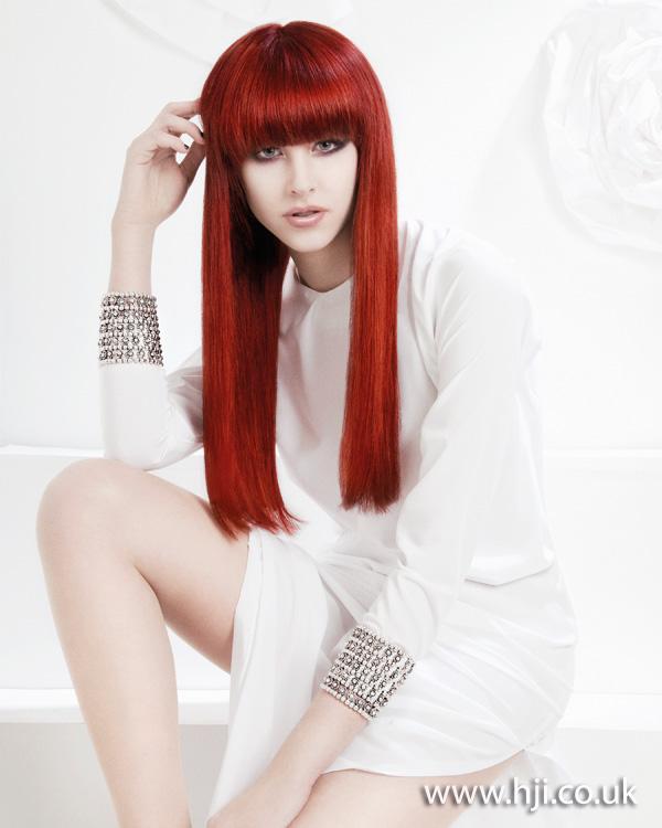 Dlouhé rovné červené vlasy.