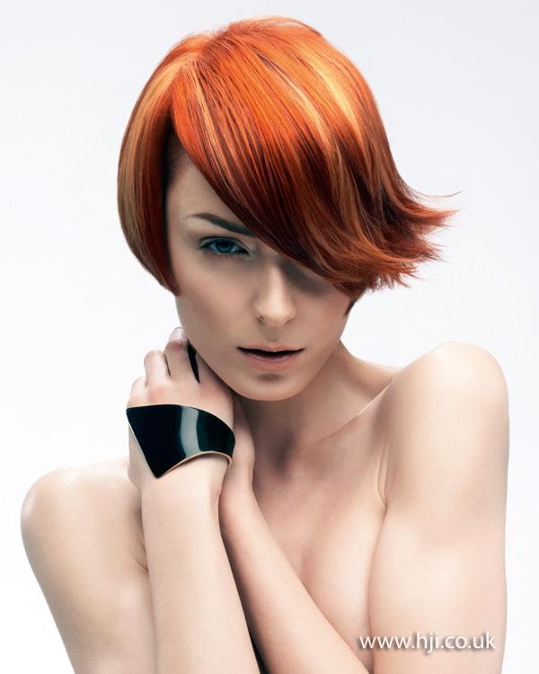 Krátké rusé vlasy.