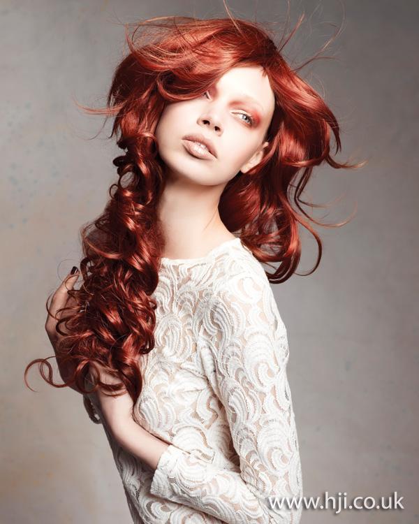 Dlouhé vlnité vlasy.