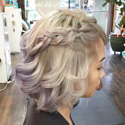 Zvlnené zapletené krátke vlasy