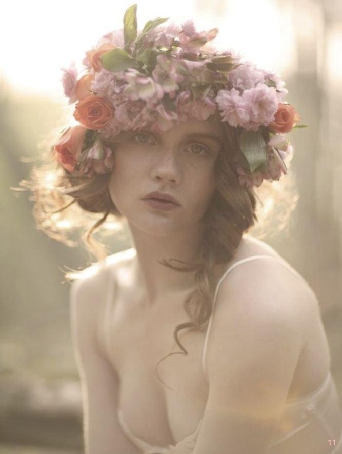 Vělký květinový věneček do vlasů.