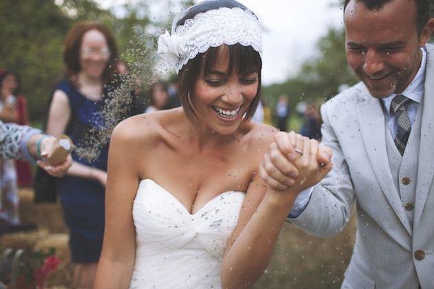 svadobný krátky účes s čelenkou
