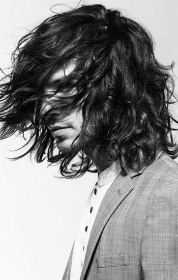 dlouhé vlnité vlasy pánské