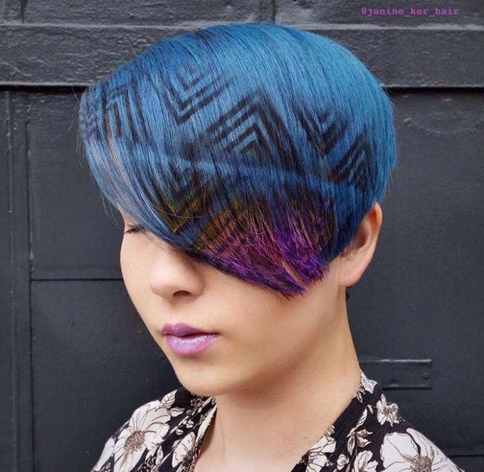 Krátke modré vlasy s tetovaním