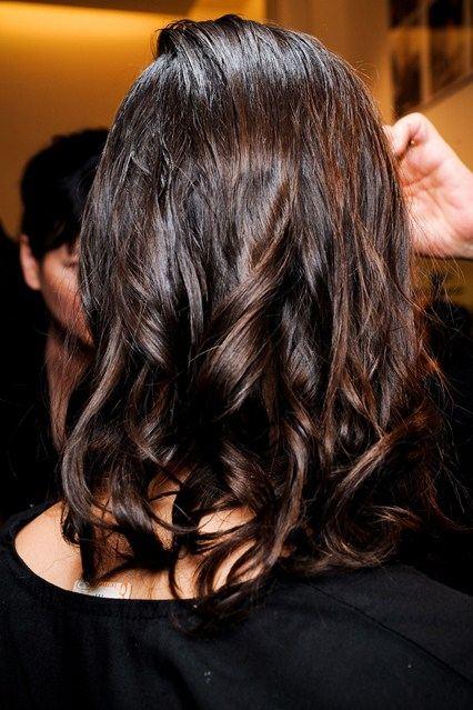 Mokrý vzhľad a zvlnené vlasy.